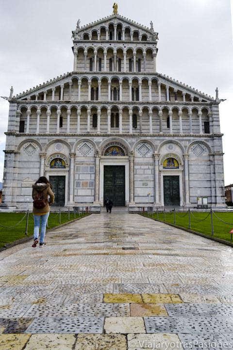 Fachada hermosa del famoso duomo de la ciudad de Pisa en Piazza dei Miracoli in Italia