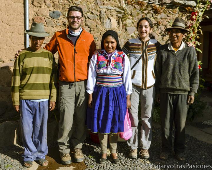 La adorable familia que nos acogió en la isla Amantaní en el lago Titicaca en Perú