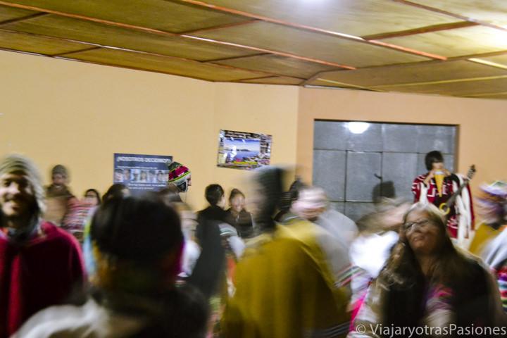 Mítica fiesta en la comunidad de la Isla Amantaní en el lago Titicaca en Perú
