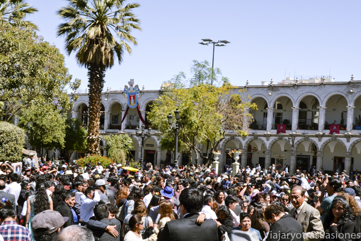 Mucha fiesta en la Plaza de Armas de Arequipa en Perú