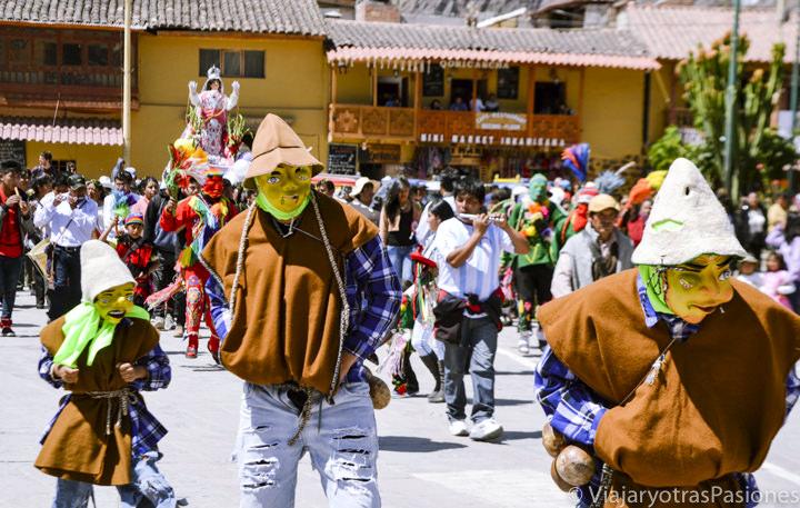 Típica fiesta religiosa en Ollantaytambo en visitar el Valle Sagrado en Perú