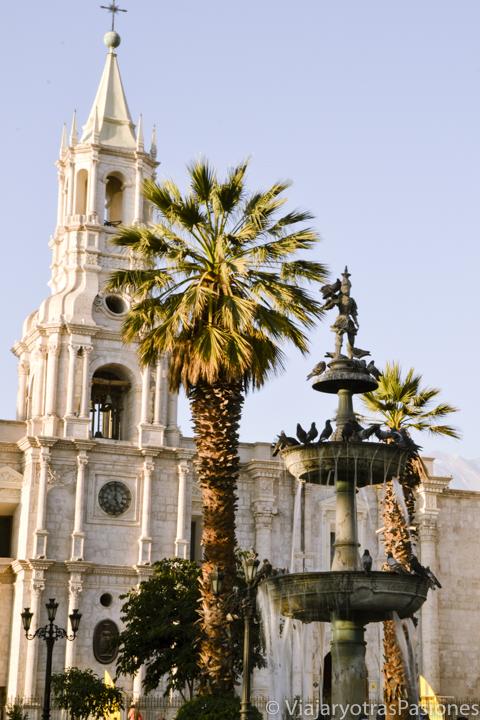 Bonita fuente en la plaza de armas de Arequipa en el viaje a Perú por libre