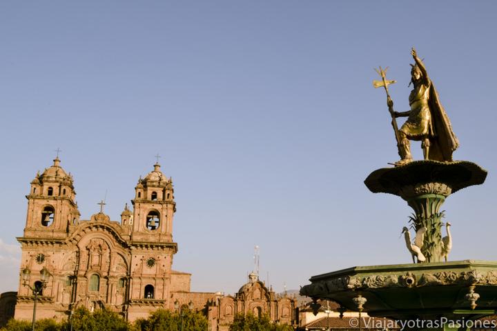 Vista de la evocadora fuente del Indio en la famosa Plaza de Armas en Cuzco, Perú