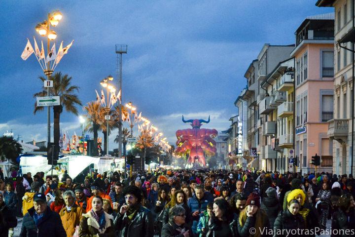 Panorámica de la Passeggiata de Viareggio durante el Carnaval, Italia