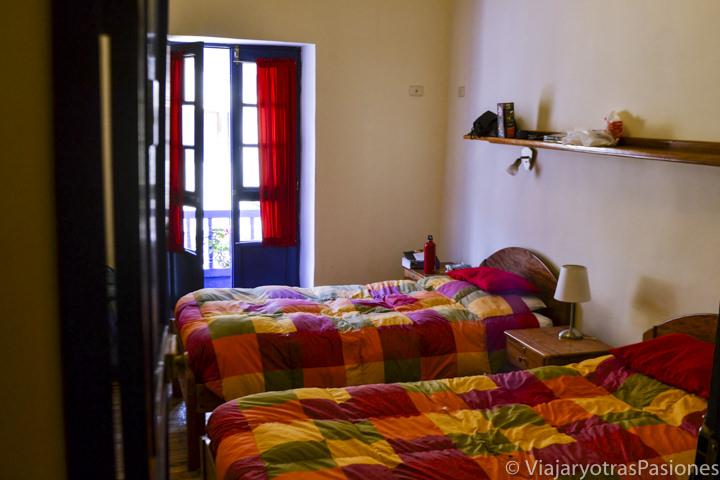 Habitación y camas del hostal Flying Dog en Cuzco en Perú