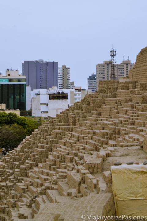 Espectacular sitio arqueológico de Huaca Pucllana en el barrio de Miraflores en Lima en Perú