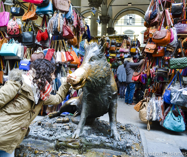 El famoso Porcellino que se puede ver en un paseo por Florencia en un día en Italia