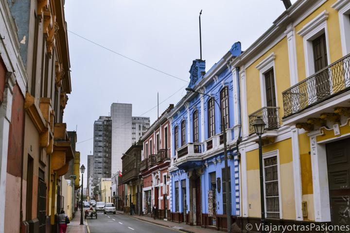 Callejón y casas de colores en Lima en Perú