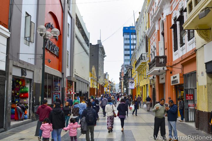 El famoso Jirón de la Unión y sus tiendas en el paseo por Lima en un día en Perú