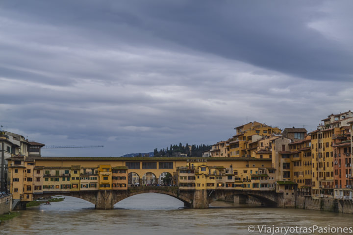 Vista del famoso Ponte Vecchio y del río Arno en Florencia, Italia