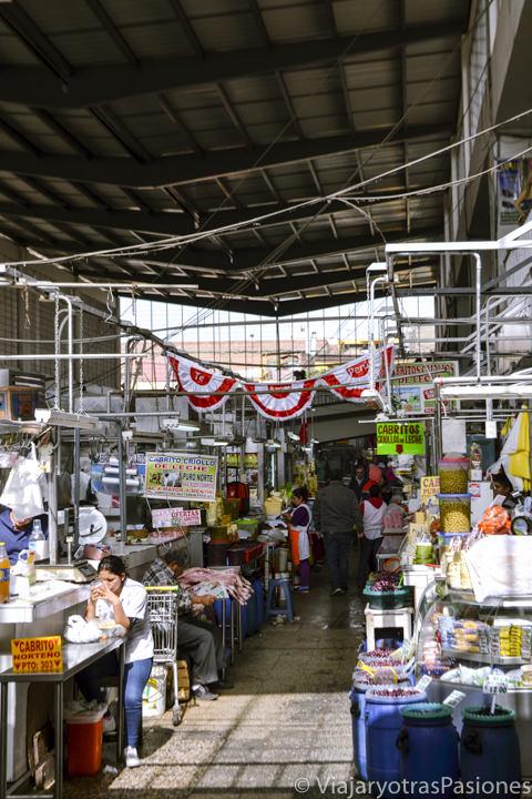 Pasillo en el mercado central de Lima en Perú