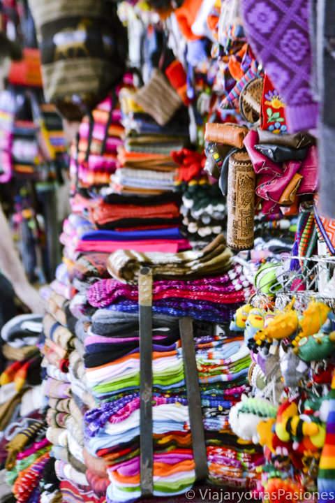 Ropa en el bonito mercado de San Pedro en Cuzco en Perú