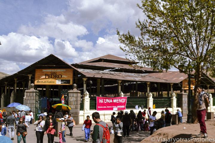 Entrada del mercado de San Pedro en Cuzco, Perú