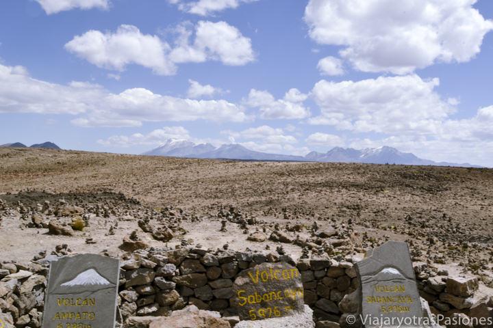 Maravilloso mirador de los Volcanes en la carretera para visitar el Cañón del Colca en Perú