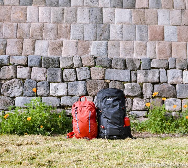 Pareja de mochilas en Cuzco viajando por libre en Perú