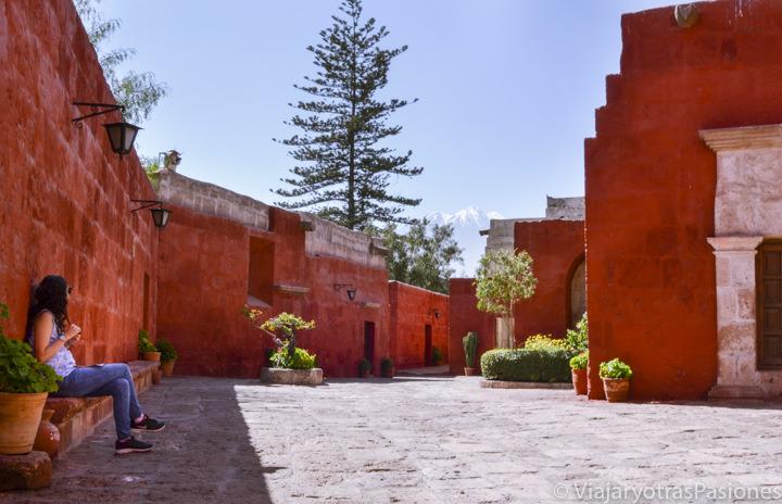 En el monasterio de Santa Catalina en Arequipa con el volcán en la distancia para el presupuesto de viaje a Perú