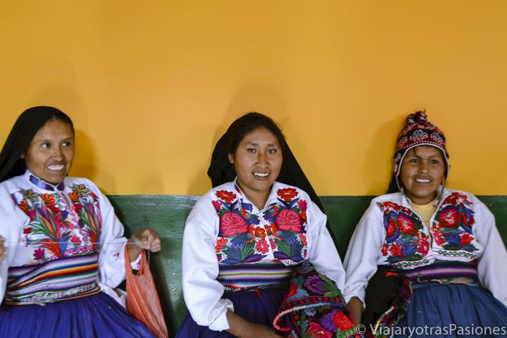Mujeres in ropa tradicionales en la isla Amantaní en el Lago Titicaca en Perú