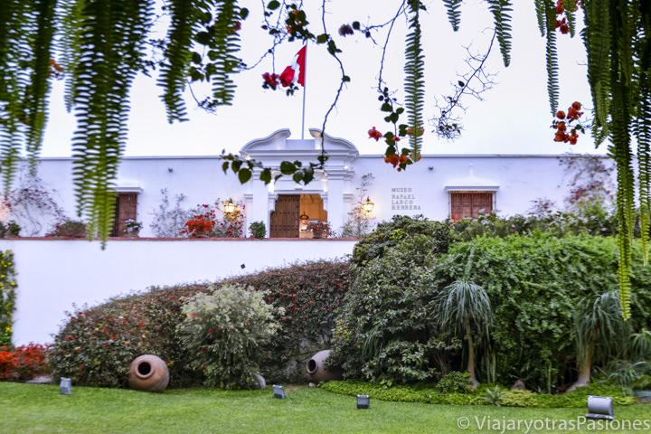 Hermosa entrada del museo Larco en la ciudad de Lima en Perú