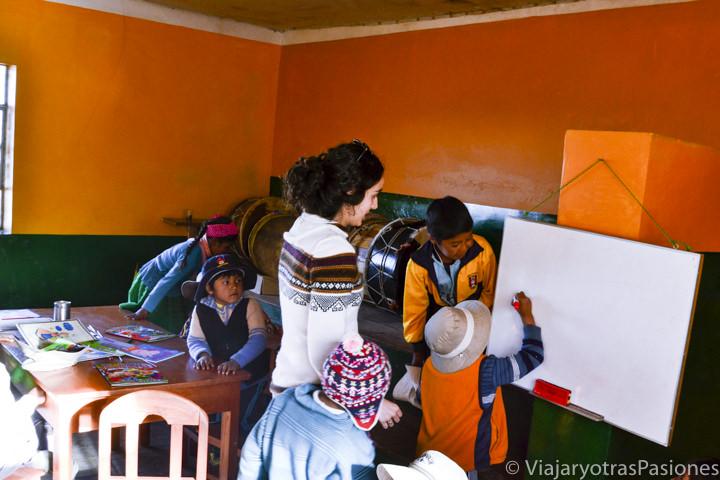 Con niños en la escuela de la comunidad en la isla Amantaní en Perú