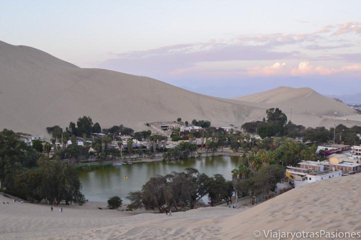 Atardecer en el oasis de Huacachina en Perú