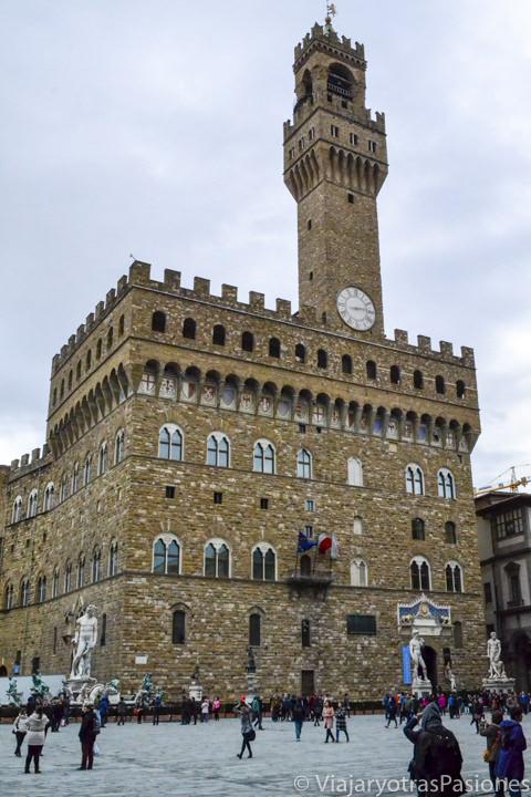 Llamativa fachada del famoso Palazzo Vecchio en el centro histórico de Florencia en Italia