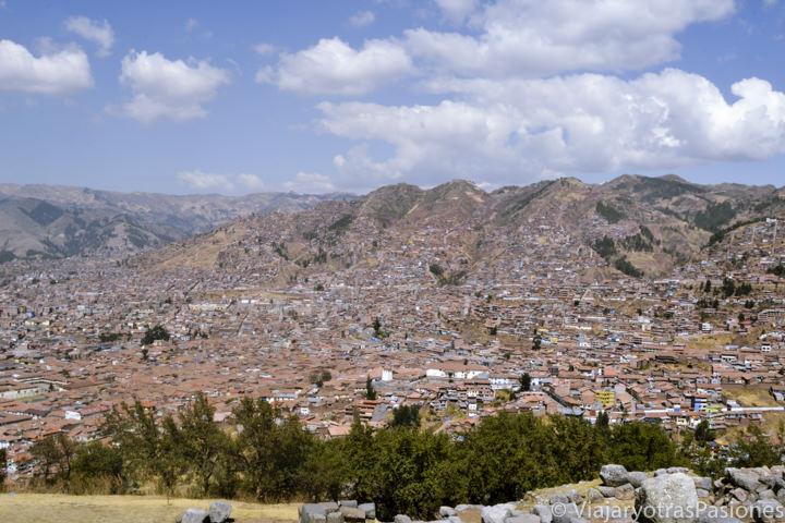 Vista panorámica de la ciudad de Cuzco desde las ruinas de Sacsayhuamán en el viaje a Perú en 3 semanas