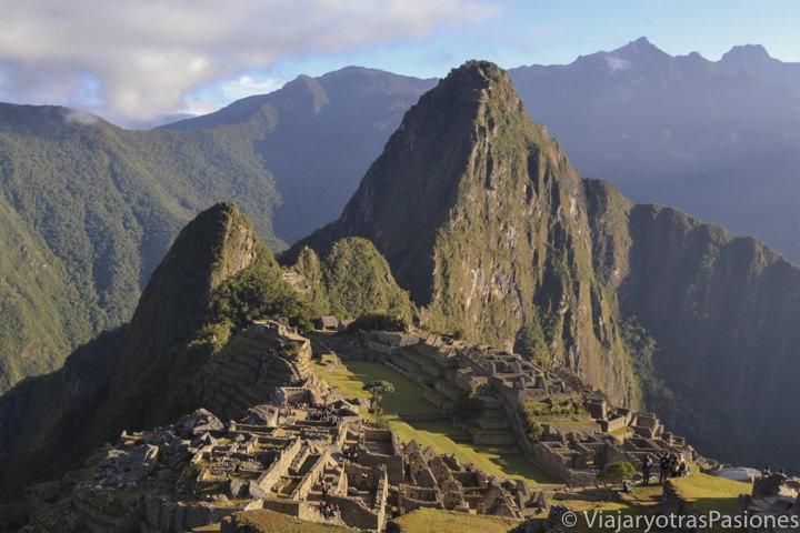 Maravilloso amanecer y vista clásica de Machu Picchu en los Andes en Perú