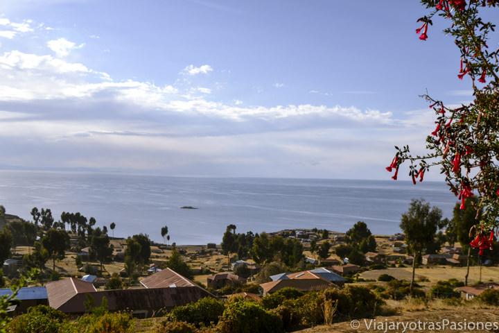 Increíble panorama de la Isla Taquile y del lago Titicaca en Perú