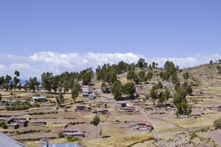 Vista de la isla Taquile en el lago Titicaca en el viaje a Perú en 3 semanas por libre