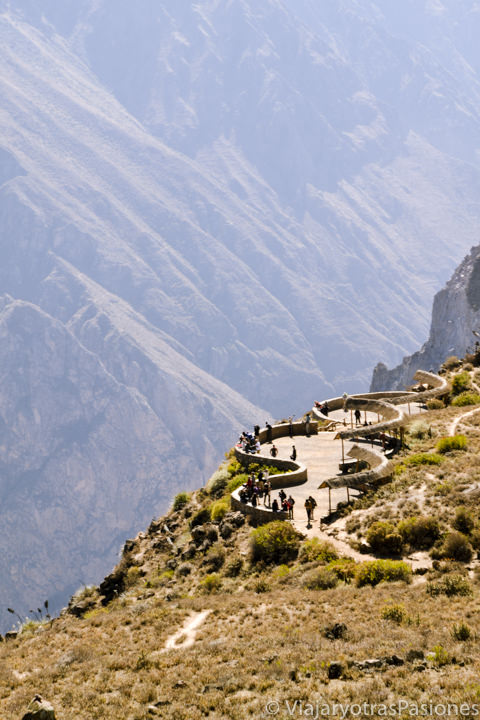 El famoso mirador de la Cruz del Condor en visitar el Cañón del Colca en Perú