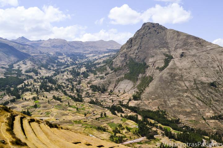 Valle cerca de la zona arqueológica de Pisac en el valle Sagrado en Perú