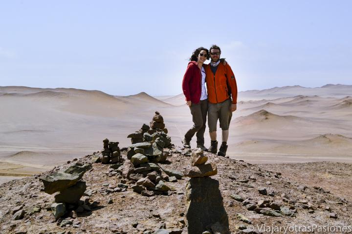 En el punto mas alto del desierto de Paracas en pareja en el viaje a Perú por libre
