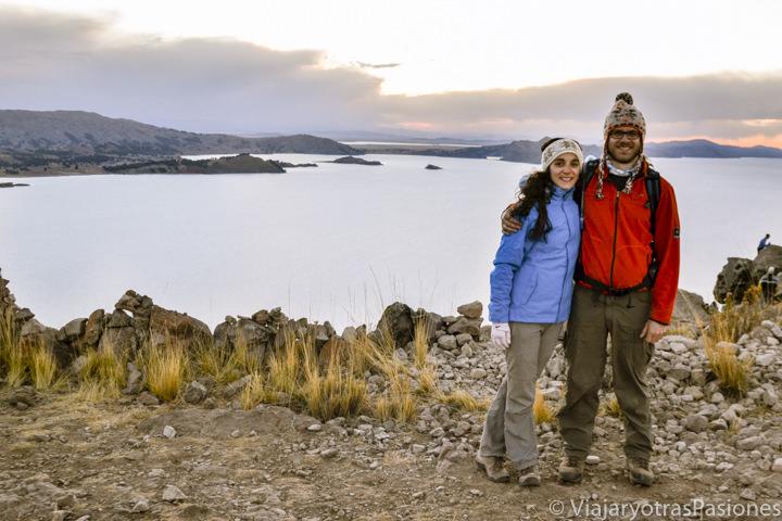 Pareja sonriente en la isla Amantaní en Perú