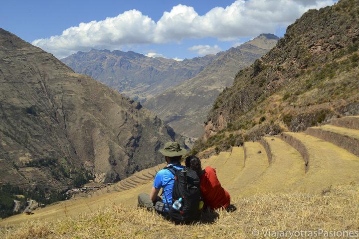 Pareja y vista increíble en el sitio arqueológico de Pisac en el Valle Sagrado en Perú