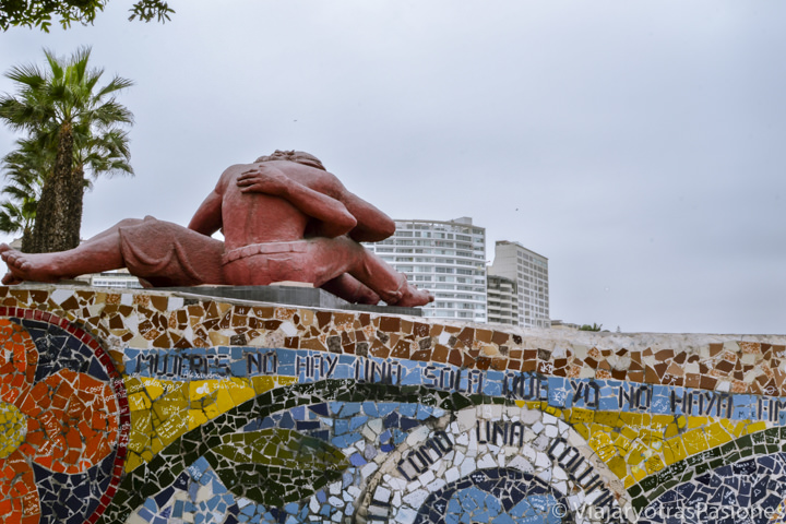 Famosa estatua en el Parque del Amor en Lima, Perú
