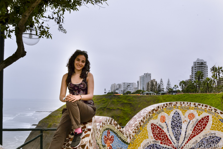 Sonriente en un banco en el famoso parque del Amor en el barrio de Miraflores en Perú