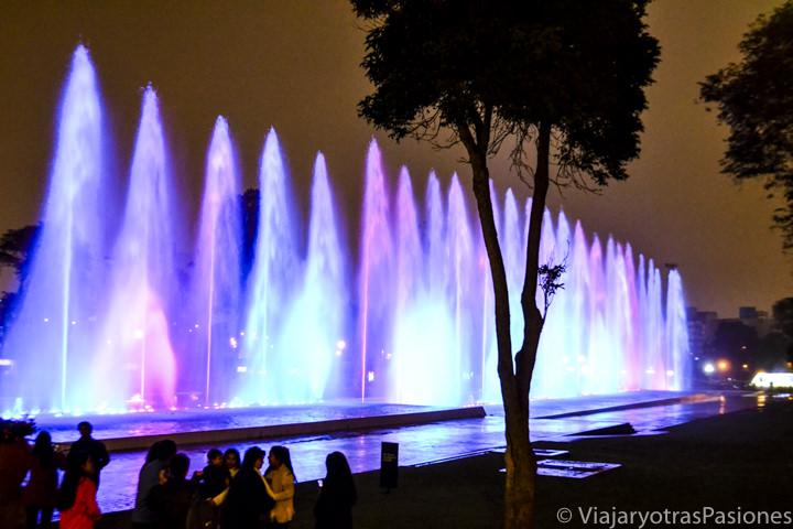 Espectacular fuente en parque de la Reserva en Lima, Perú