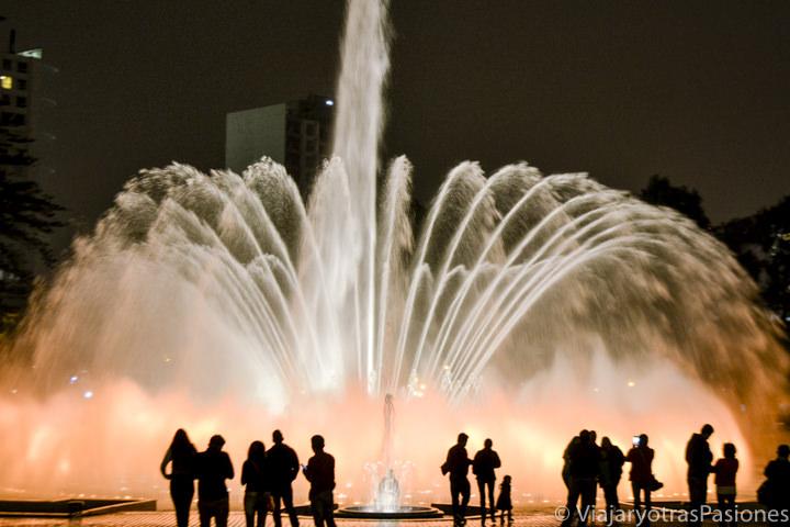 Espectacular fuente en el circuito Mágico del Agua en el Parque de la reserva en Lima en Perú