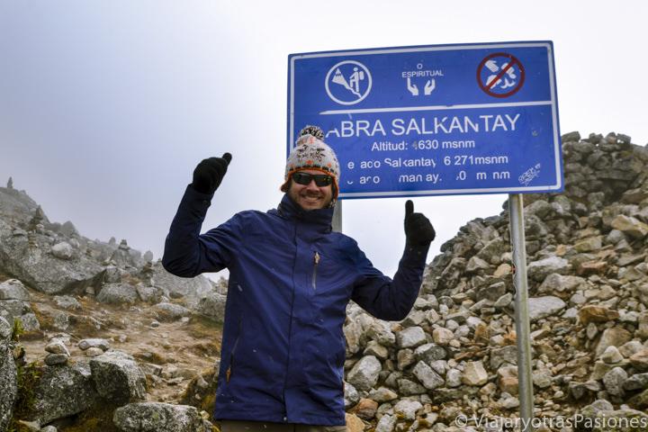 Sonriente en el paso Salkantay en el trekking para llegar a Machu Picchu en los Andes en Perú