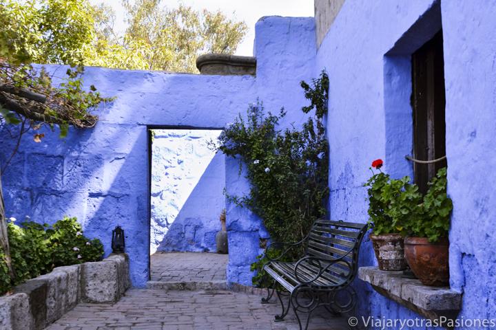 Hermoso rincón azul en el monasterio de Santa Catalina en Arequipa en Perú