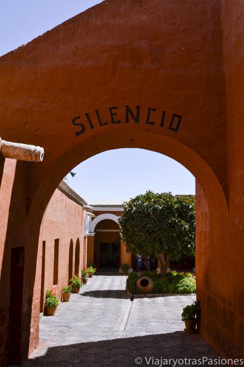 Entrada al patio del Silencio en el bonito Monasterio de Santa Catalina en Arequipa en Perú