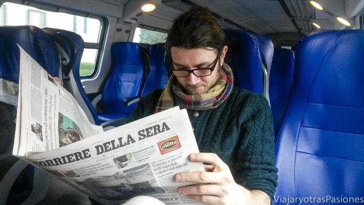 Leyendo el periódico en un tren in Italia para ir a Florencia desde Roma