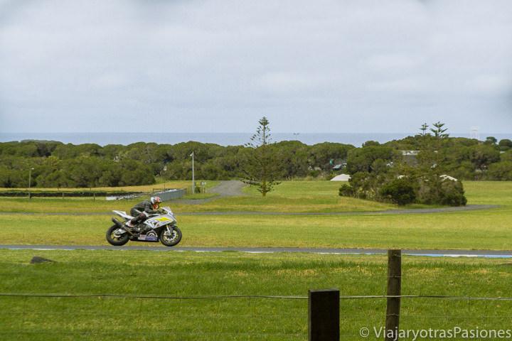 Motociclista entrenando en el circuito de Phillip Island en el viaje a Melbourne y Victoria en Australia