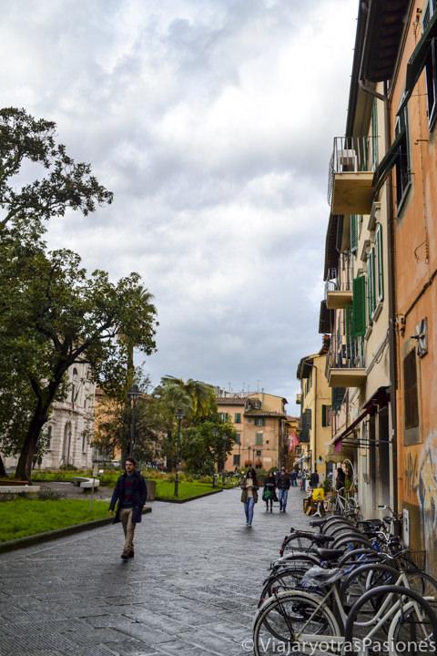 Hermosa Piazza Dante en el centro Histórico e la ciudad de Pisa en Italia