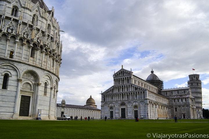 Típica vista de la famosa Piazza dei Miracoli y la Torre inclinada en la ciudad de Pisa en Italia