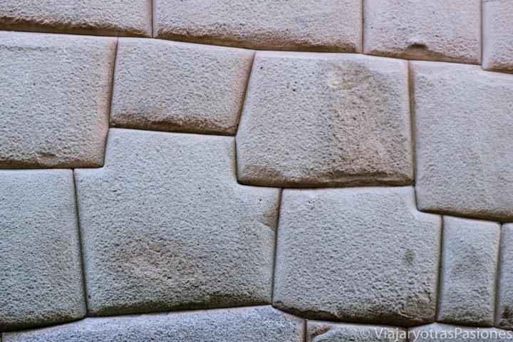 Típicas piedras de construcción usadas por el pueblo Inca en Cuzco, Perú