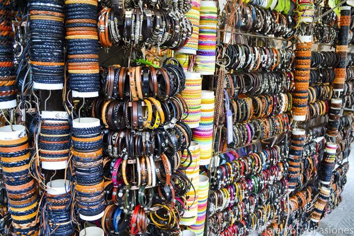 Pulseras de cuero en el hermoso mercado de San Lorenzo en el paseo por Florencia en un día en Italia