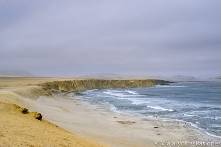 Océano Pacífico y costa en el desierto de Paracas en Perú