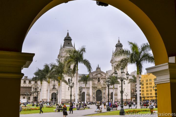 Bonita vista de la catedral de Lima en la Plaza de Armas en el centro de la ciudad en Perú