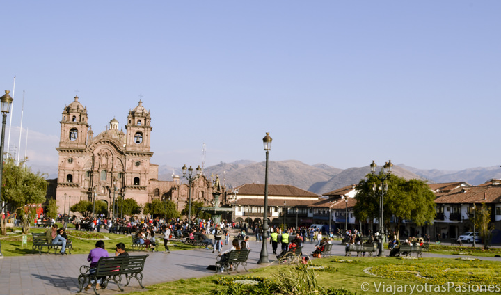 Maravillosa iglesia colonial en la Plaza de Armas en Cuzco en Perú